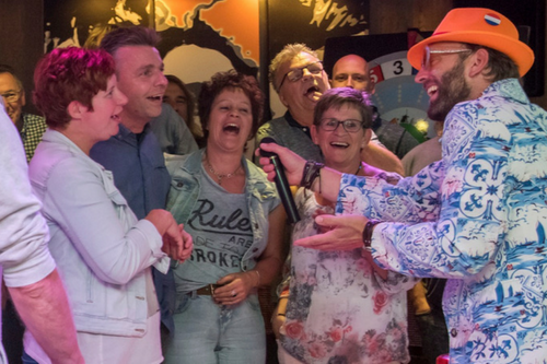Themafeesten als Ik Hou van Holland bij De Wilgenweard in Nijverdal.
