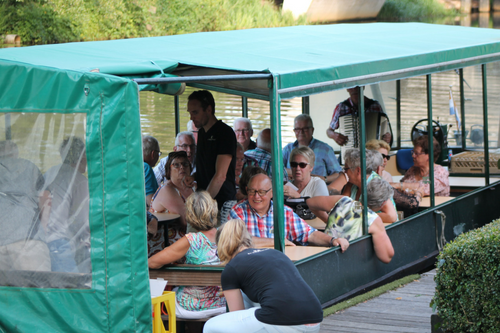 Rondvaart boot over de Regge bij De Wilgenweard in Nijverdal