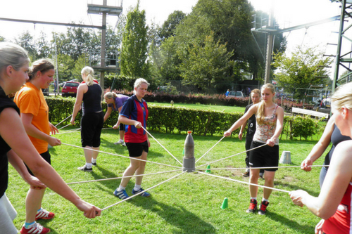 Samenwerkingsopdrachten tijdens een schooluitje bij De Wilgenweard Nijverdal