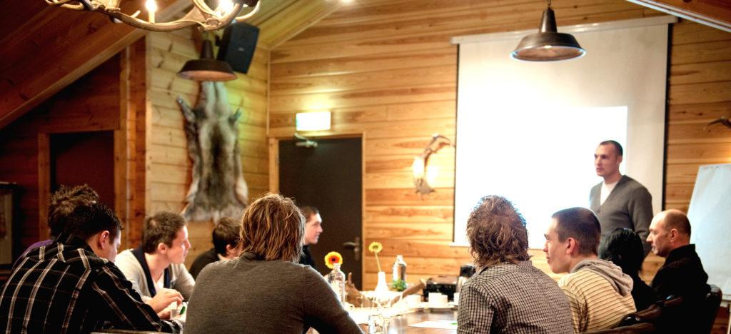 Sfeervol vergaderen in de Jipkesbeltzaal bij De Wilgenweard in Nijverdal
