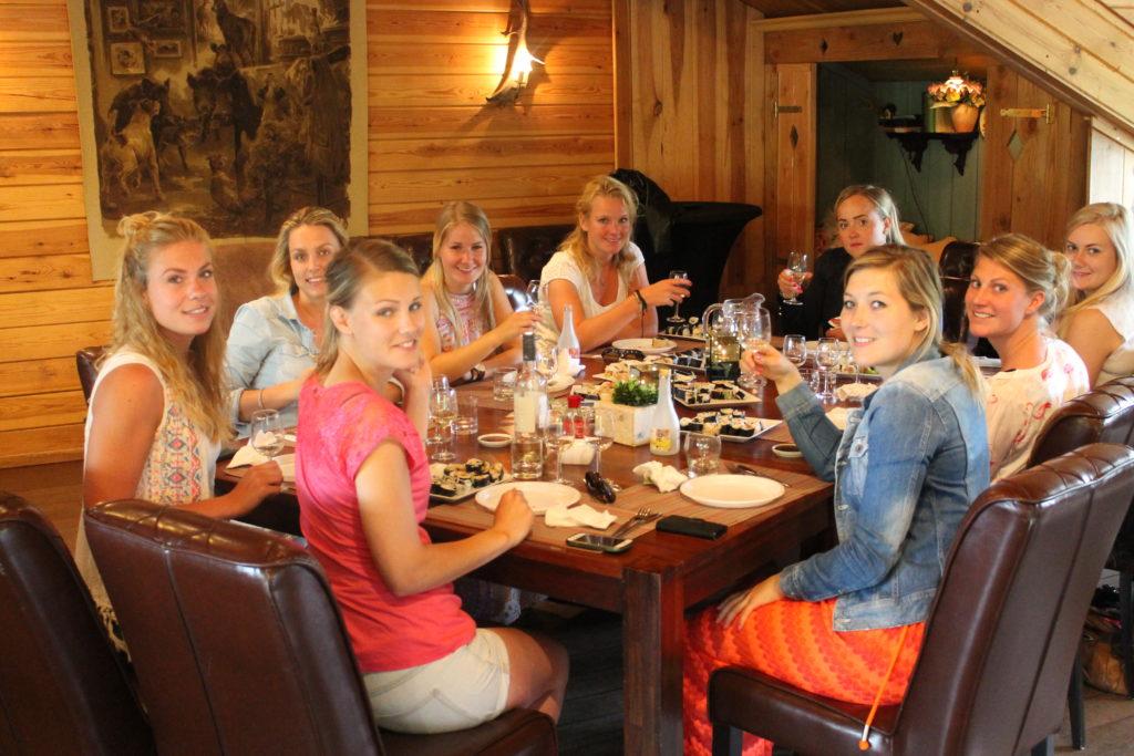 Gezellig eten en drinken bij een teamuitje bij de Wilgenweard