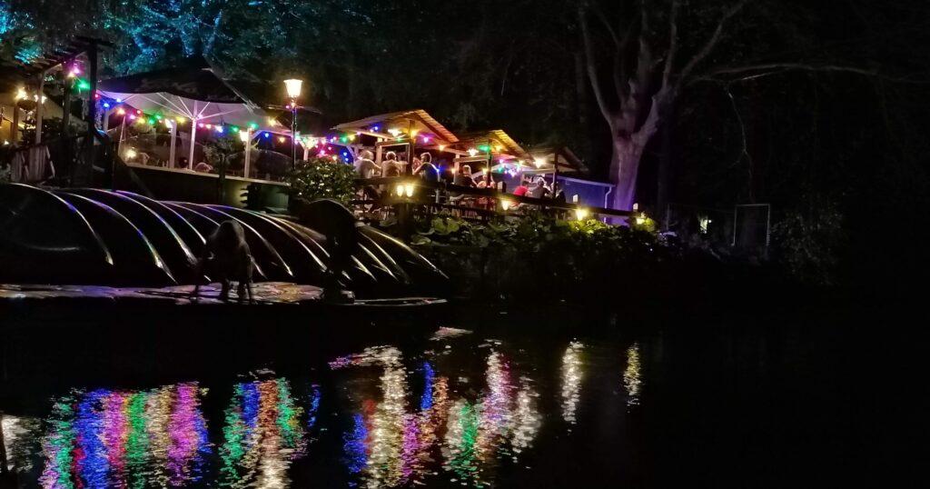 Biergarten by night bij de Wilgenweard