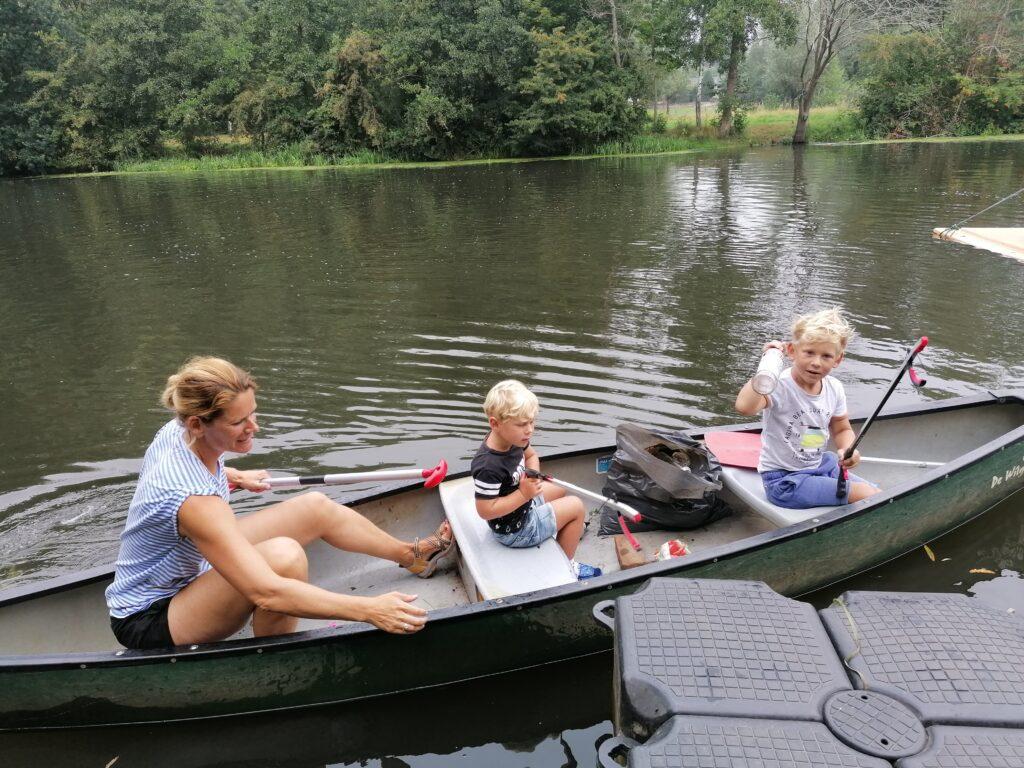 ploggen in de kano bij de Wilgenweard
